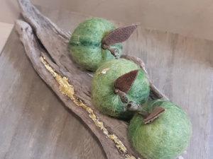 Äpfel auf Schwemmholz