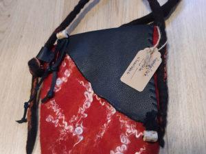 Rote handgefilzte Tasche